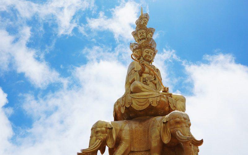 Statue d'or au sommet du Mont Emei, en Chine.