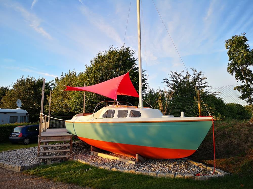 Dormir dans un bateau au Camping de l'Aiguille Creuse | Normandie